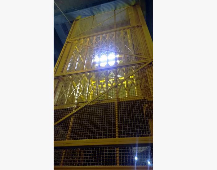 Elevador industrial amarillo