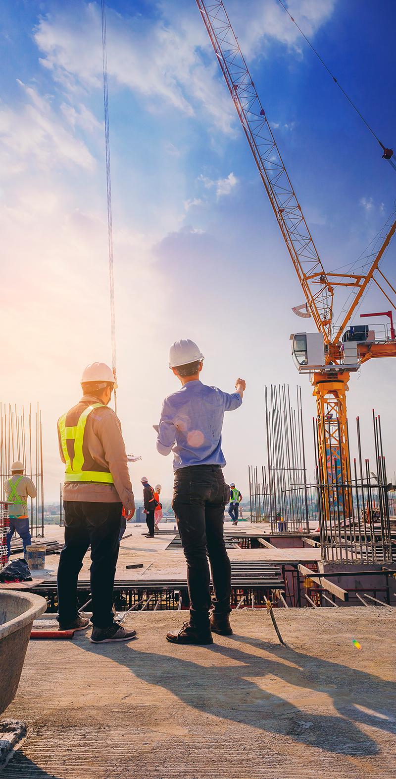 Ingenieros supervisando construcción industrial