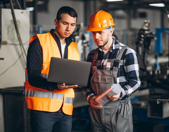 Ingenieros revisando inmuebles industriales